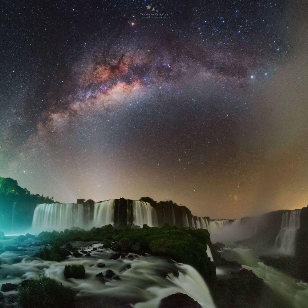 Victor Lima'nın Brezilya'daki Iguazu Şelalesi'nde görüntülediği Samanyolu.