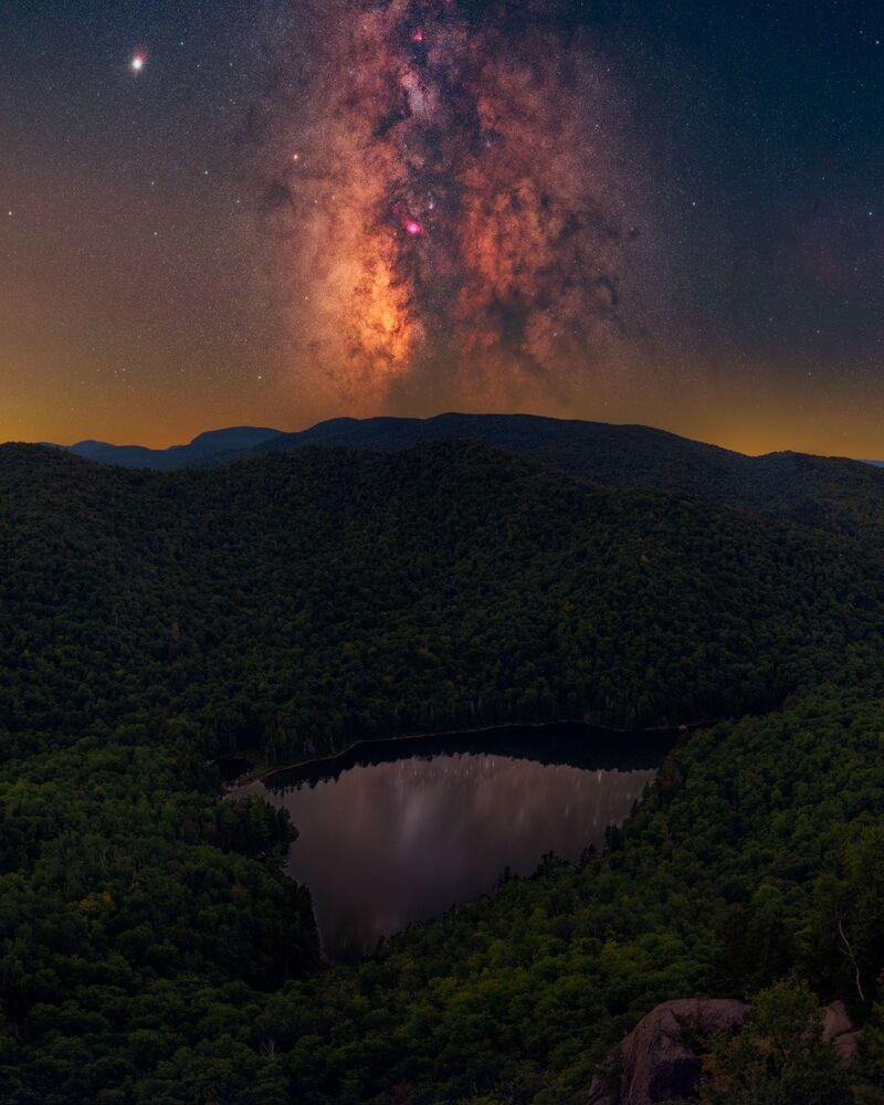 Daniel Stein, bu kareyi elde etmek için yoğun nüfuslu New York Eyaleti'nde, gökyüzünün gece görüntülenebilecek kadar karanlık olduğu birkaç yerden birine gitti.