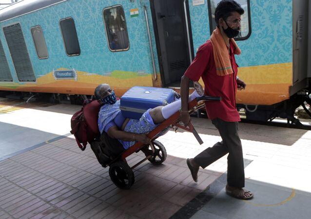 Hindistan'da 2020'de demir yollarında 8 bin 700'den fazla kişi hayatını kaybetti