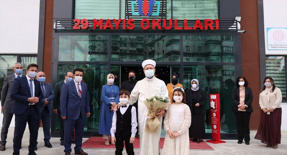 Diyanet İşleri Başkanı Prof. Dr. Ali Erbaş, Ankara'da Türkiye Diyanet Vakfı bünyesinde bulunan 29 Mayıs Okulları Etimesgut Kampüsü'nü ziyaret etti.