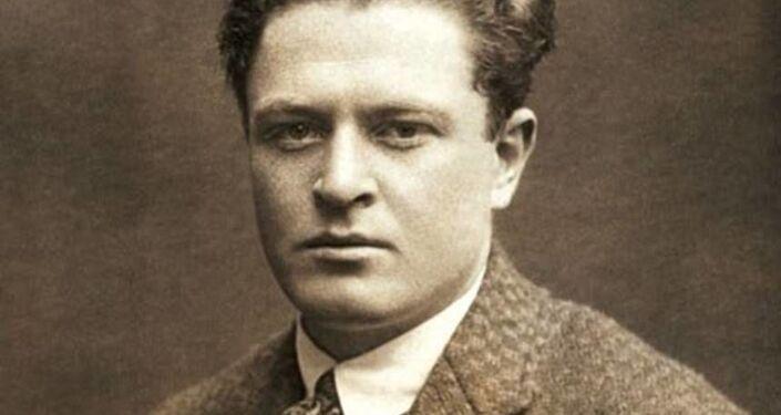 Moskova'daki  Doğu Emekçileri Komünist Üniversitesi'nde eğitim gördüğü sırada Nazım Hikmet