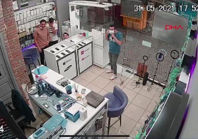 Telefoncuya karga baskını, iş yeri sahibi tezgahın altına saklandı: 'Kafayı bize takmış durumda'