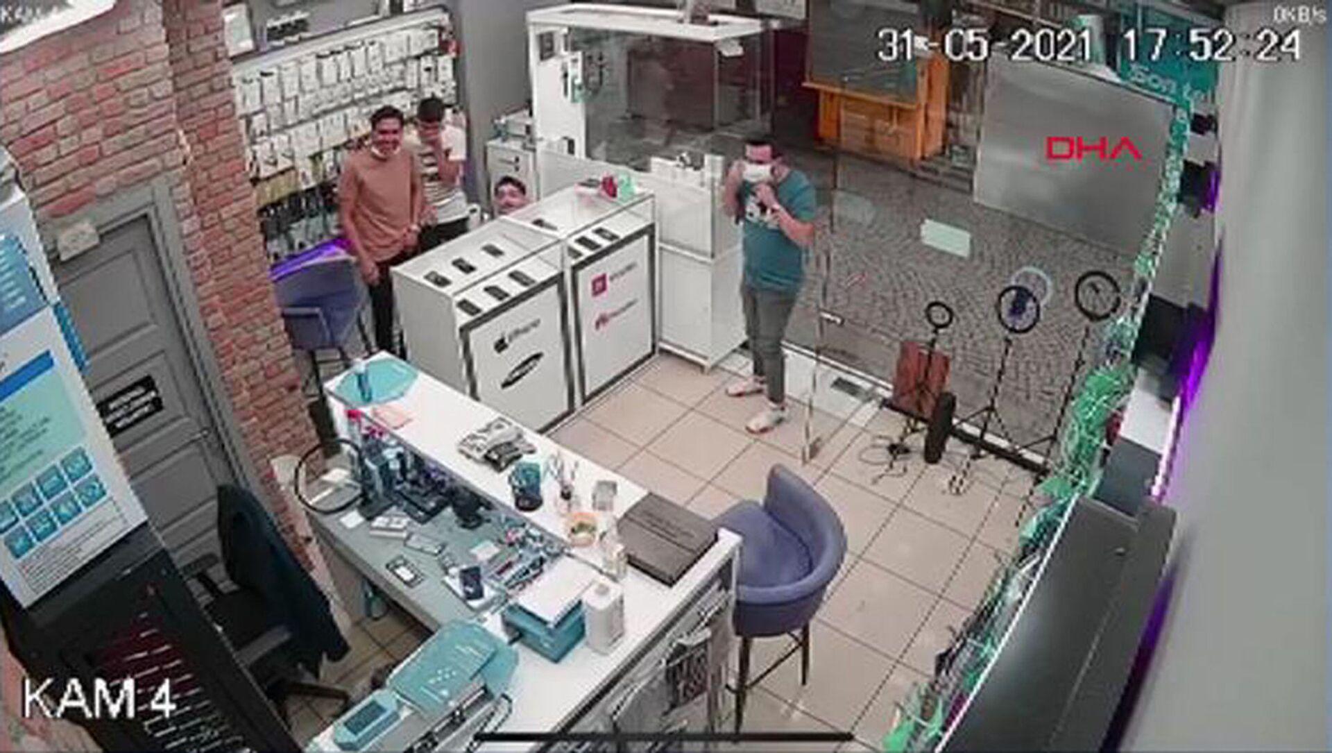 Telefoncuya karga baskını, iş yeri sahibi tezgahın altına saklandı: 'Kafayı bize takmış durumda' - Sputnik Türkiye, 1920, 03.06.2021
