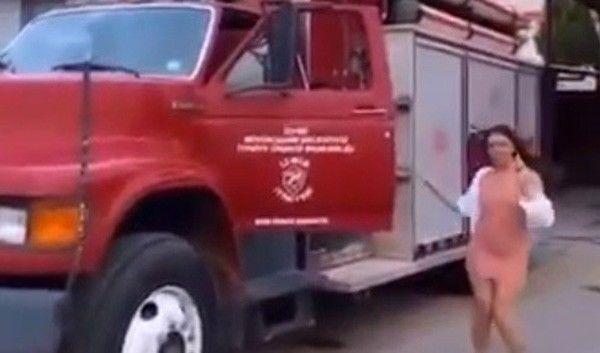 İzmir Büyükşehir Belediyesi İtfaiye Daire Başkanlığına ait yangın eğitim merkezinde 3 kadının itfaiye aracını kullanmasına dair skandal görüntülere ilişkin başlatılan soruşturmada; itfaiyede görevli 4 kişinin, 3 kadının itfaiye aracını merak ettikleri için binmelerine izin verdiklerini söyledikleri öğrenilirken, 1 itfaiye personeli açığa alındı