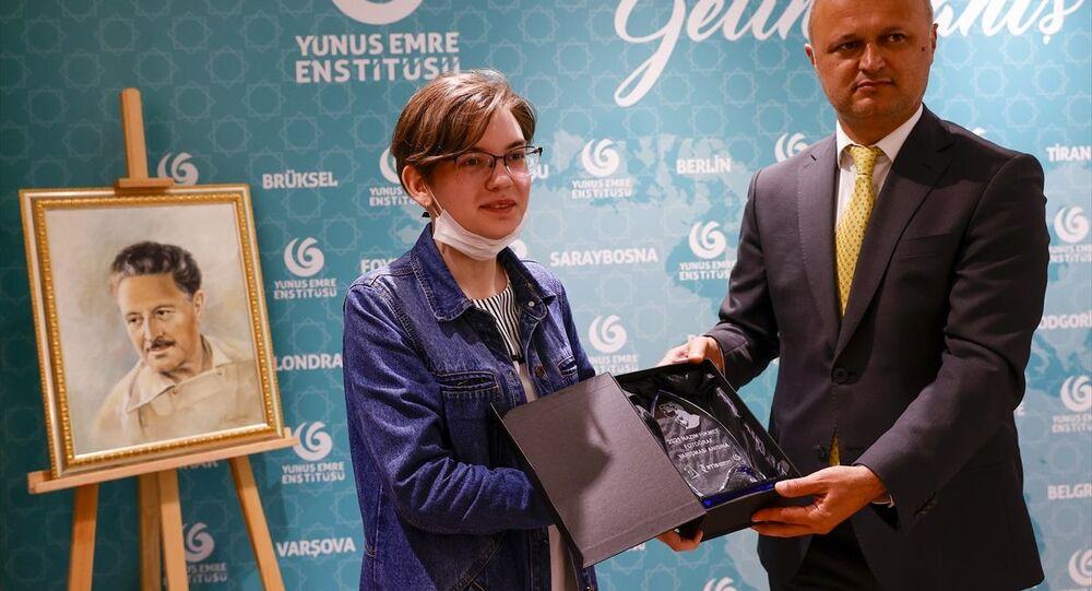 Rusya'nın başkenti Moskova'da şair Nazım Hikmet Ran'ın ölümünün 58. yılı dolayısıyla anma programı düzenlendi. Türkiye'nin Moskova Büyükelçiliği himayesinde Moskova Yunus Emre Enstitüsü (YEE) ve Rus-Türk İşadamları Birliğinin (RTİB) organizasyonuyla Nazım Hikmet Dostluk fotoğraf yarışmasını düzenledi. Yarışmaya katılan eserler, Moskova Yunus Emre Enstitüsü'nde sergilendi.
