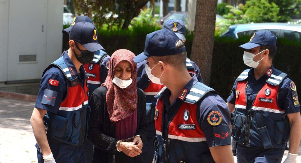 Konya'nın Sarayönü ilçesinde bir kadın, kocasını uyuduğu sırada av tüfeğiyle öldürdü. Gözaltına alınan kadın adliyeye sevk edildi.