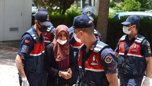 Konya'nın Sarayönü ilçesinde bir kadın, kocasını uyuduğu sırada av tüfeğiyle öldürdü. Gözaltına alınan kadın adliyeye sevk edildi. - Sputnik Türkiye
