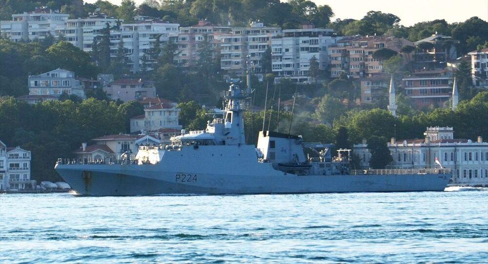 İngiliz Donanmasına ait P224 borda numaralı HMS Trent isimli açık deniz devriye gemisi, İstanbul Boğazı'ndan geçti.
