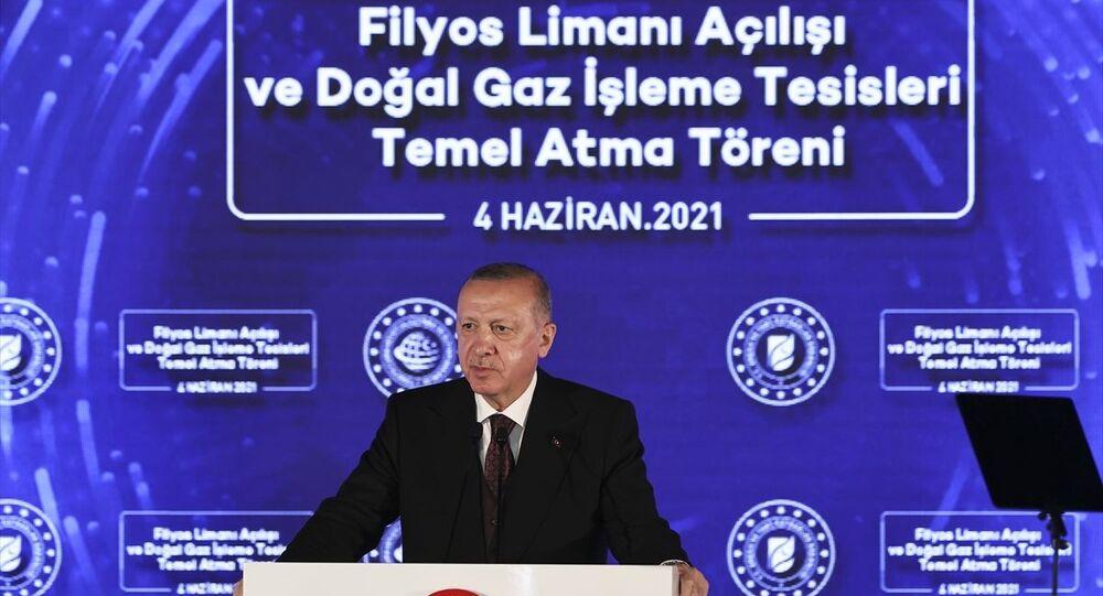 Cumhurbaşkanı Recep Tayyip Erdoğan, bazı programlara katılmak üzere geldiği Zonguldak'ta Filyos Liman Açılışı ve Doğalgaz İşleme Tesisleri Temel Atma Törenine katıldı.
