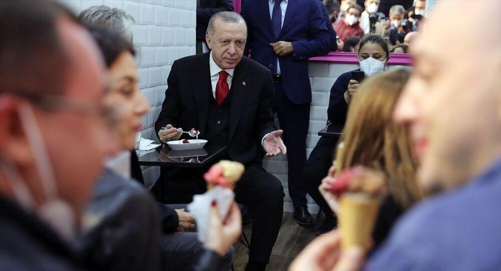 Türkiye Cumhurbaşkanı Recep Tayyip Erdoğan, Çengelköy'deki bir dondurmacıda vatandaşlarla dondurma yedi, sohbet etti.