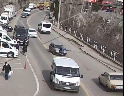 Artvin'de yolun karşısına geçmek isteyen bir yaya, 2 saniye içinde iki farklı araç çarptı. İlginç kaza ise güvenlik kamerasına saniye saniye yansıdı.