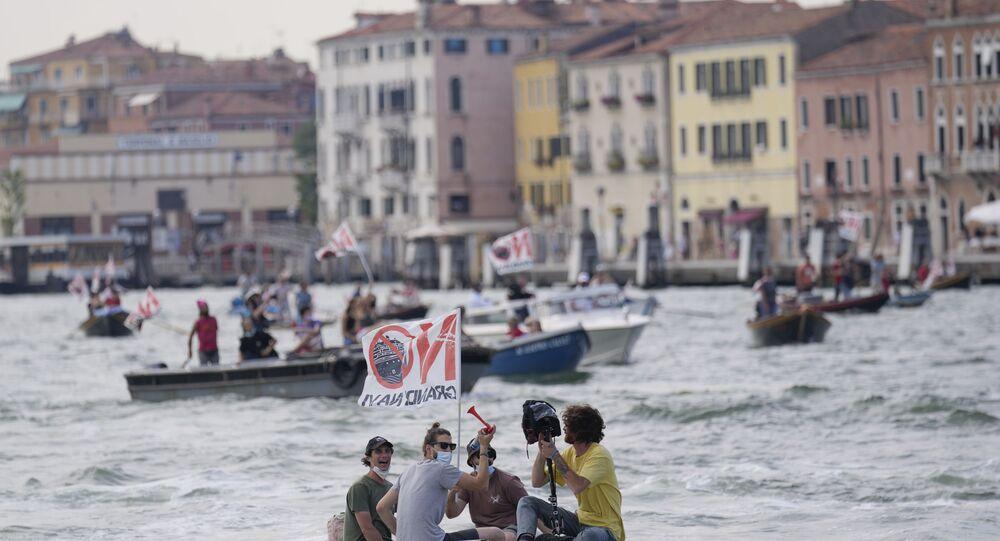 Kruvaziyer gemilerinin Venedik'e geri dönüşü protestolarla karşılandı