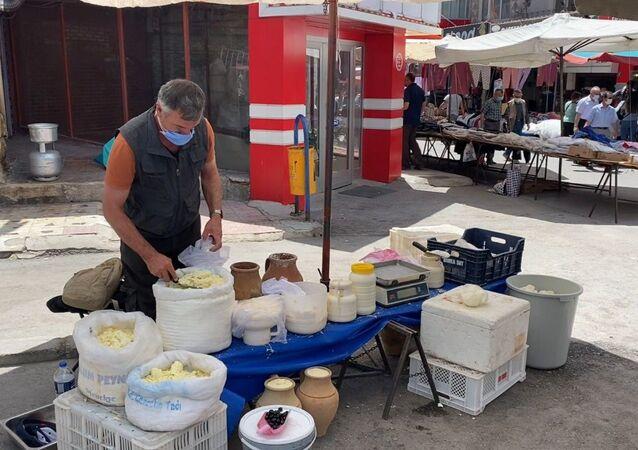 3 dil bilen rehber, pazarda peynir satıyor