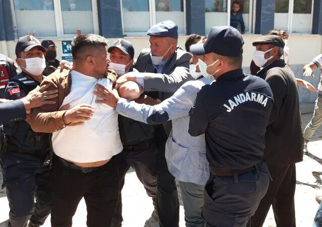 Seçim yapılan beldede Gelecek Partililer ile AK Partililer arasında kavga