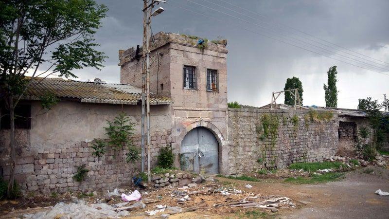 Atatürk'ün harf inkılabı için ziyaret ettiği tarihi han, ahır olarak kullanılıyor