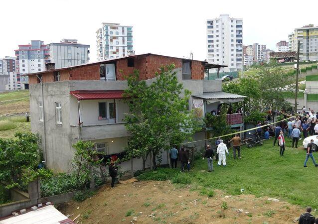 Çocukları bahçede oynarken önce eşini öldürdü, sonra intihar etti