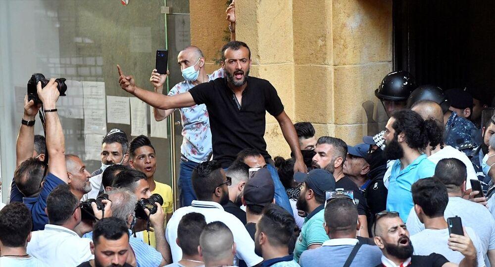 Lübnan'ın başkenti Beyrut'ta toplanan bir grup gösterici, yolsuzlukla suçladıkları yönetimin düşürülmesi için gösteri düzenleyerek halkı sokağa inmeye çağırdı. Beyrut şehir merkezindeki Birleşmiş Milletler Batı Asya Ekonomik ve Sosyal Komisyonu (ESCWA) binasının önünde karar sahibi halktır sloganıyla toplanan kalabalık, halkın tüm kesimlerini gösterilere katılmaya davet etti.