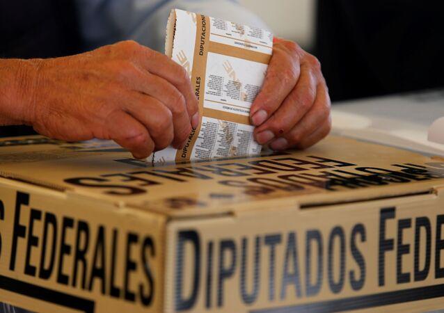 Meksika'da halk, 500 sandalyeli Temsilciler Meclisi üyeleri, 15 eyalet valisi ile yerel ve bölgesel 20 bin 417 yöneticiyi seçmek için sandık başına gitti.