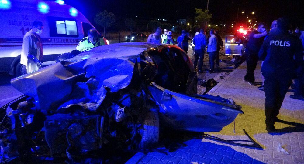 Çanakkale'de, görev başında olan sivil polis aracı ile ters yönden gelen başka bir otomobille kafa kafaya çarpıştı.