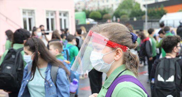 İstanbul'da, Kovid-19 ile mücadele sürecinde hazirana ilişkin kademeli normalleşme kapsamında, ortaokul ve liselerde yüz yüze eğitime geçildi. Bahçelievler Yenibosna Fatih Ortaokulu'nda öğrenciler, sınıflarına girerek ders başı yaptı.
