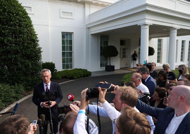 NATO Genel Sekreteri Jens Stoltenberg, Beyaz Saray'da ABD Başkanı Joe Biden ile yaptığı görüşmede Çin'i de ele aldıklarını ve gelecek hafta yapılacak NATO Zirvesi'ndeki gündem maddelerinden birinin de bu ülke olacağını bildirdi.