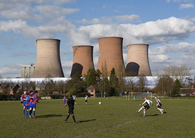 İngiltere'de eski bir elektrik santraline bağlı 117 metrelik 4 soğutma kulesi planlı