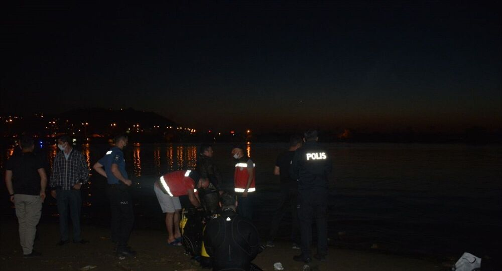 Giresun'un Bulancak ilçesinde dün öğleden sonra serinlemek için denize girdikten sonra dalgaların da etkisiyle kaybolan iki kişiden birinin cesedine ulaşıldı. Diğerinin bulunması için arama çalışmaları devam ediyor.