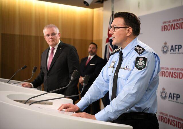 Avustralya Başbakanı Scott Morrison (solda) ile Avustralya Federal Emniyet Müdürü Reece Kershaw, organize suç örgütlerine yönelik küresel operasyonla ilgili basın toplantısında