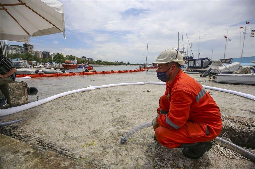 Çevre ve Şehircilik Bakanlığının 'Marmara Denizi Eylem Planı' kapsamında alınan kararların hayata geçirilmesi için kamu kurumları, belediyeler, akademik çevreler ile sivil toplum kuruluşlarınca başlatılan çalışma kapsamında, denizden müsilaj toplandı.