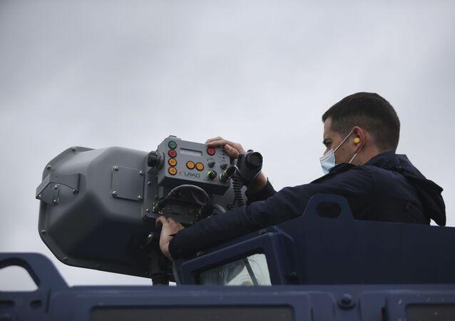 Yunanistan, Türkiye ile kara sınırınaMeriç Nehri'nden göçmen gelişini engellemek üzere ses topu da denilen Uzun Menzilli Aktif Akustik Uyarıcı (LRAD) sistemleri konuşlandırdı.