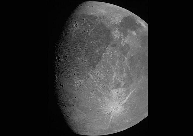 ABD Havacılık ve Uzay Ajansının (NASA) Jüpiter keşif aracı Juno, gezegenin uydusu Ganymede'i yakın geçişi sırasında fotoğrafladı.