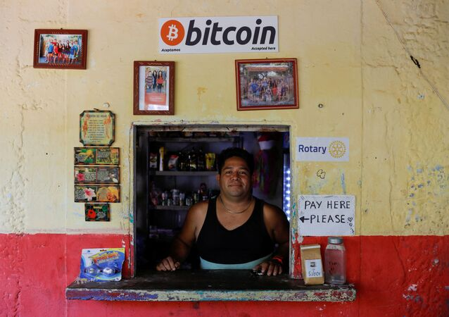 El Salvador'un Chiltiupan kentindeki El Zonte Plajı'nda Bitcoin kabul ederek iş yapan bir dükkan