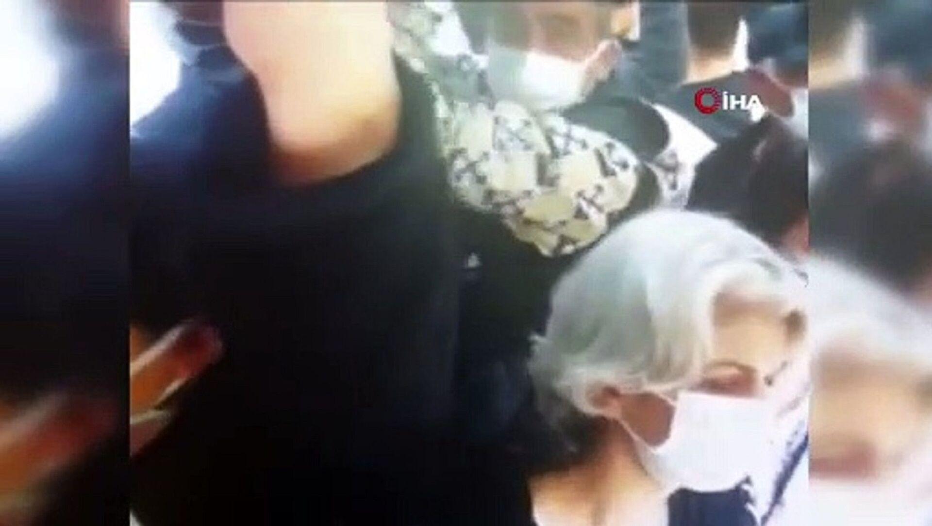 İstanbul Esenyurt'ta minibüste bir yolcunun cüzdanını çalan hırsızlık zanlısı, yine aynı durakta bir yolcunun cüzdanını çalarken suçüstü yakalandı. Hırsızlık anları kameralara da yansıdı. - Sputnik Türkiye, 1920, 11.06.2021