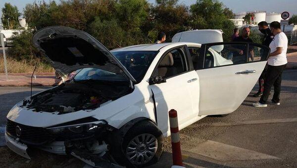 Antalya'da polisin 'dur' ihtarına uymayan İran uyruklu sürücü Davood Akbari, otomobiliyle kaldırıma çarptı. Kazada Akbari ile otomobildeki 4 yolcudan 2'si yaralandı. 2.09 promil alkollü olduğu belirlenen Akbari'nin, Her zaman alkollü yola çıkıyorum demesi şaşkınlığa neden oldu. - Sputnik Türkiye