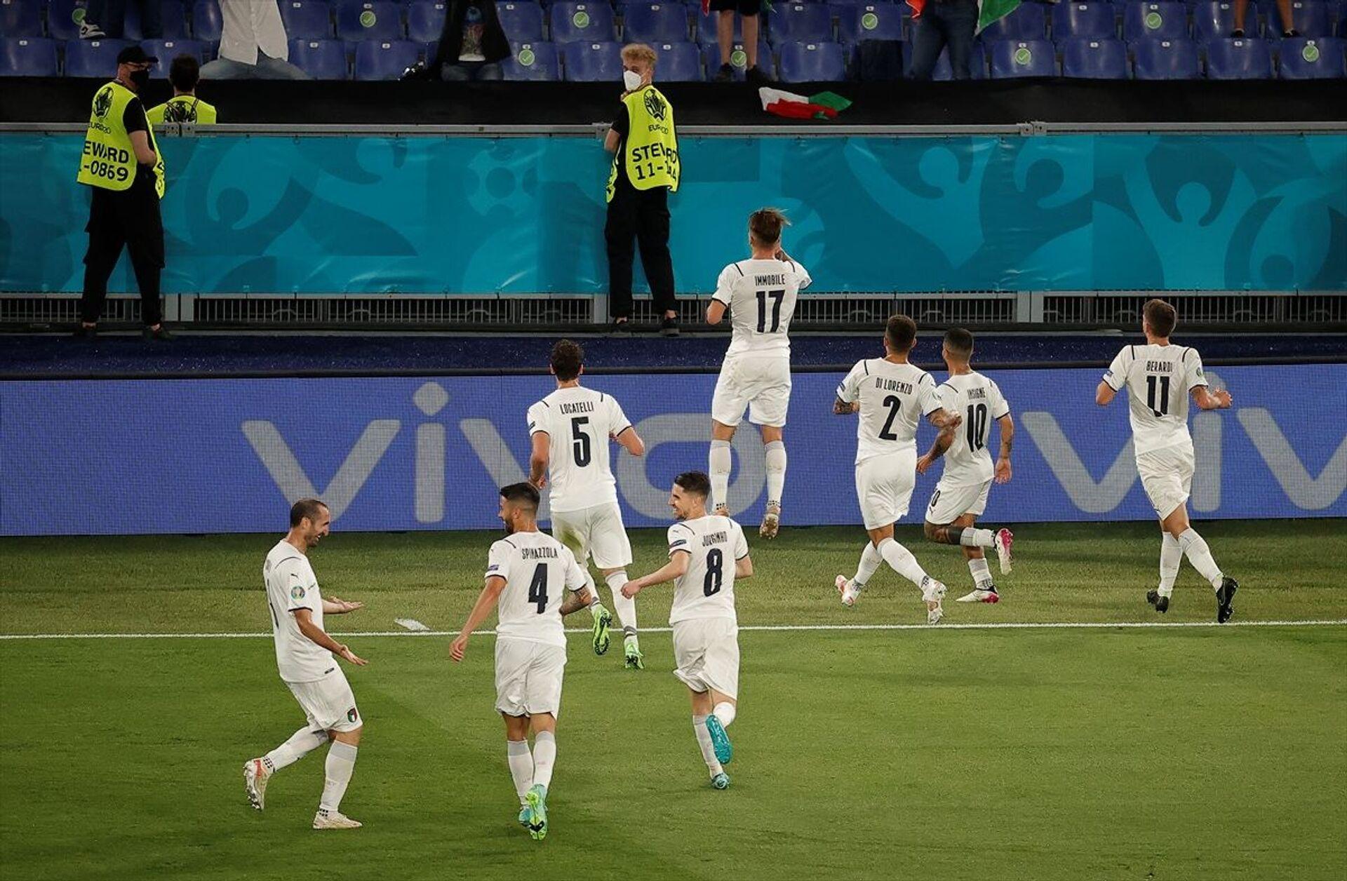 Mücadelenin kalan dakikalarında başka gol olmadı ve İtalya sahadan 3-0 üstün ayrıldı. - Sputnik Türkiye, 1920, 10.08.2021
