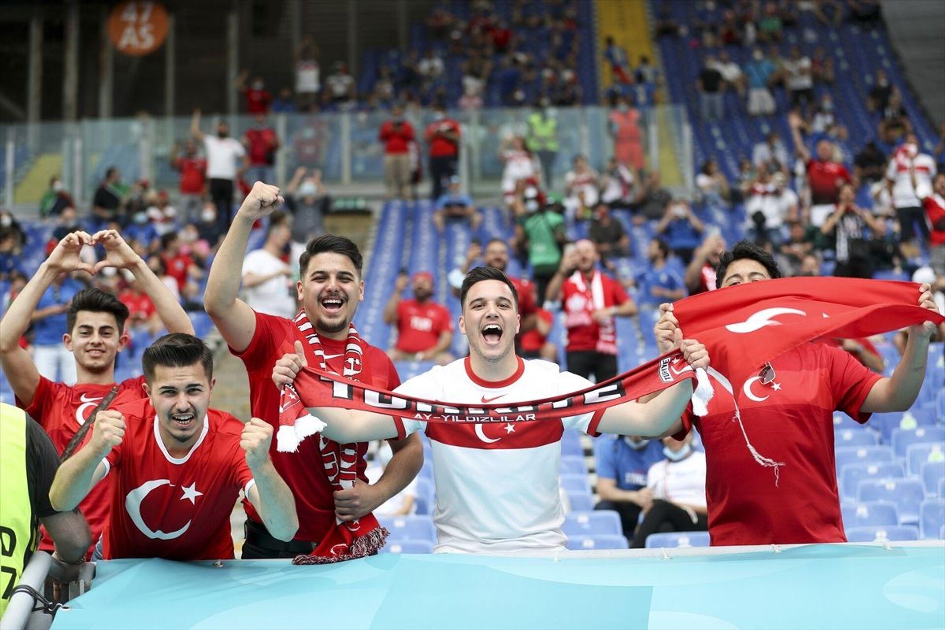 Türkiye ile İtalya arasında oynanan açılış maçında Roma Olimpiyat Stadı'nın tribünlerinde yaklaşık 16 bin taraftar yer aldı. - Sputnik Türkiye, 1920, 10.08.2021