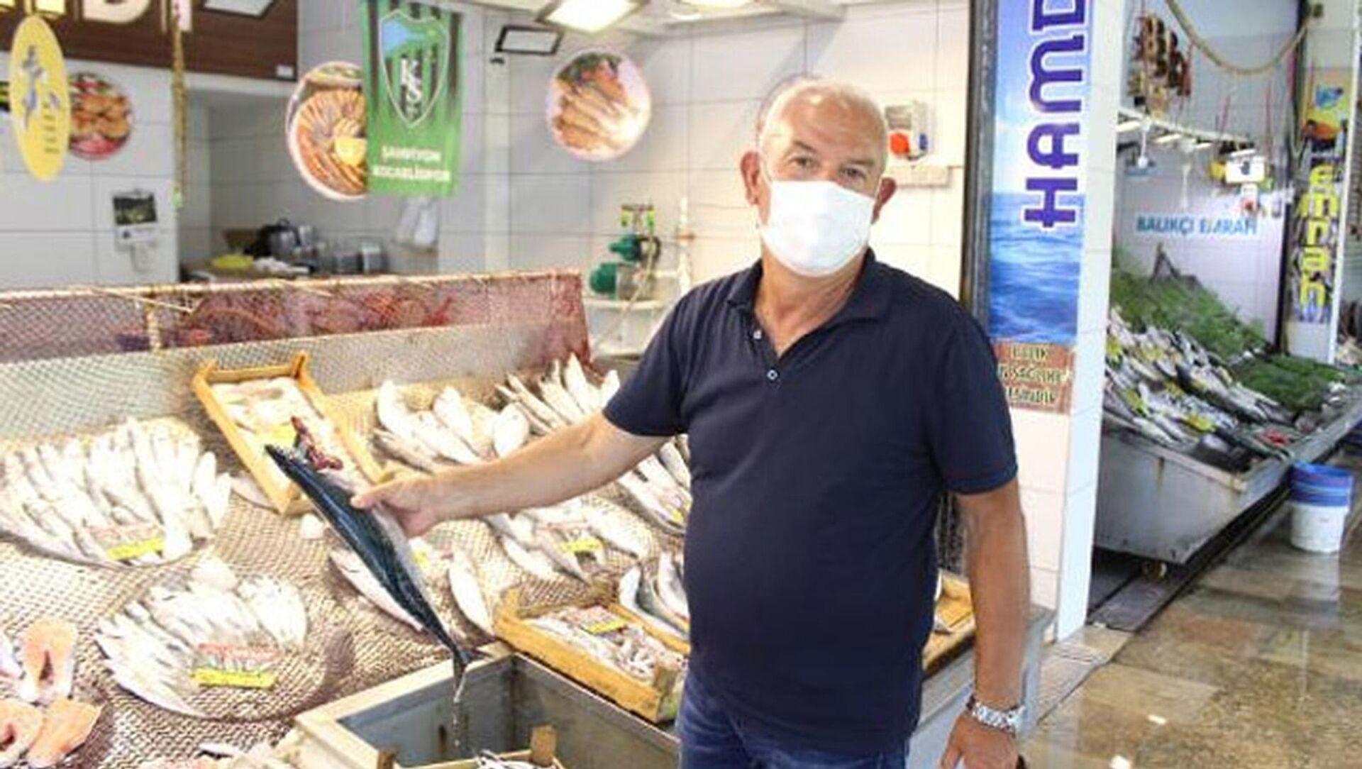 """Marmara'da etkili olan müsilaj, müşterileri Marmara balığından uzaklaştırdı. Balıkçı Kemal Bineklioğlu, """"Müsilajdan dolayı balık pazarına gelen insan sayısı azaldı. Her gelen 'Marmara balığı mı?' diye soruyor, Marmara balığı satmayacağız'' dedi. - Sputnik Türkiye, 1920, 12.06.2021"""