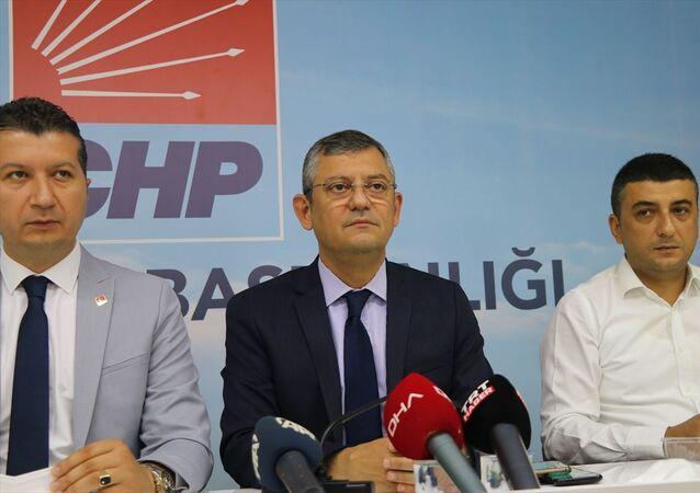 CHP Grup Başkanvekili Özgür Özel, CHP iktidarında aile sigortasının geleceğini, iktidarlarının ilk döneminin sonu gelmeden fakir kalmayacağını söyledi.