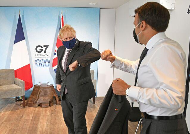G7 zirvesindeki Boris Johnson ile Emmanuel Macron görüşmesinde dirsek selamı (Carbis Koyu, Cornwall, Britanya)