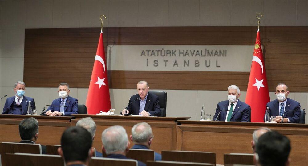 Türkiye Cumhurbaşkanı Recep Tayyip Erdoğan, NATO Liderler Zirvesi'ne katılmak üzere Belçika'nın başkenti Brüksel'e hareketinden önce Atatürk Havalimanı'nda açıklamalarda bulundu. Basın toplantısında, Cumhurbaşkanı Yardımcısı Fuat Oktay, Milli Savunma Bakanı Hulusi Akar, Dışişleri Başkanı Mevlüt Çavuşoğlu, AK Parti Genel Başkanvekili Binali Yıldırım ve AK Parti Sözcüsü Ömer Çelik de yer aldı.