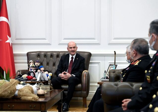 İçişleri Bakanı Süleyman Soylu, Jandarma Teşkilatı'nın 182. kuruluş yıl dönümünü dolayısıyla Jandarma Genel Komutanı Orgeneral Arif Çetin başkanlığındaki heyeti makamında kabul etti.