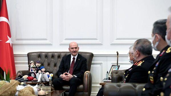 İçişleri Bakanı Süleyman Soylu, Jandarma Teşkilatı'nın 182. kuruluş yıl dönümünü dolayısıyla Jandarma Genel Komutanı Orgeneral Arif Çetin başkanlığındaki heyeti makamında kabul etti. - Sputnik Türkiye
