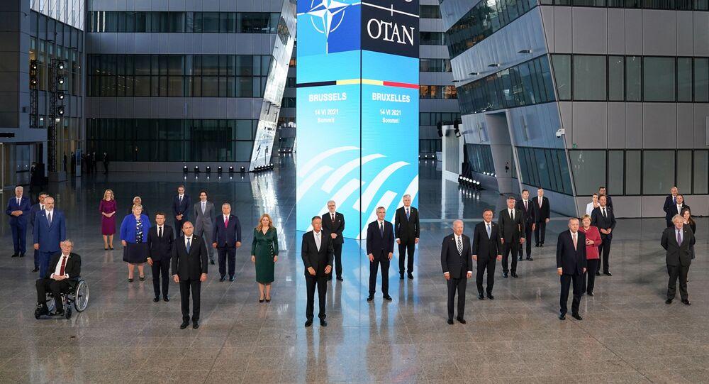 Tüm liderlerin tek tek karşılanmasının ardından sosyal mesafe kuralına uyularak aile fotoğrafı çektirildi. Cumhurbaşkanı Erdoğan, NATO Karargahı'nın içindeki avluda çektirilen aile fotoğrafında, ABD Başkanı Joe Biden ile İngiltere Başbakanı Boris Johnson'ın arasında yer aldı.