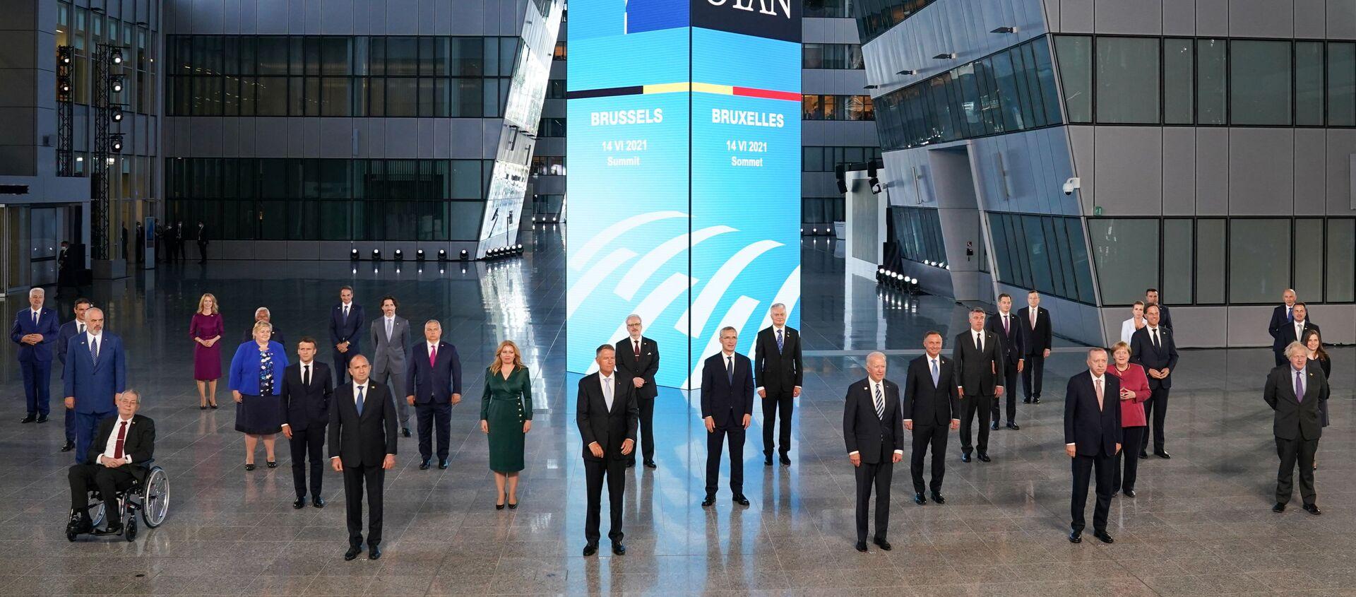 Tüm liderlerin tek tek karşılanmasının ardından sosyal mesafe kuralına uyularak aile fotoğrafı çektirildi. Cumhurbaşkanı Erdoğan, NATO Karargahı'nın içindeki avluda çektirilen aile fotoğrafında, ABD Başkanı Joe Biden ile İngiltere Başbakanı Boris Johnson'ın arasında yer aldı.  - Sputnik Türkiye, 1920, 14.06.2021