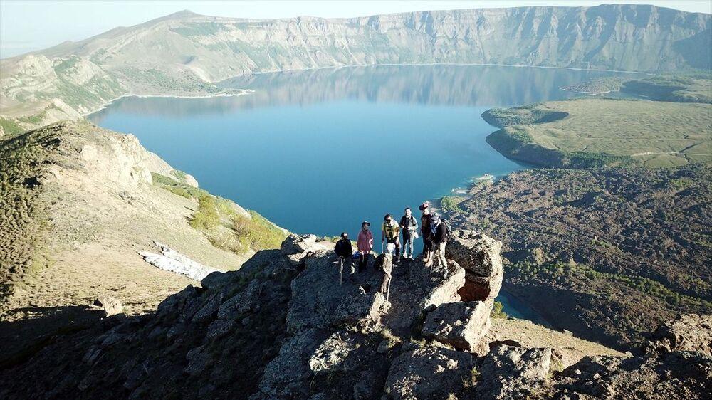 Nemrut Krater gölünde bir araya gelen 7 dağcı, zirveyi ve gölün çevresini kapsayan alanda 14 saat süren doğa yürüyüşü yaparak bölgedeki güzelliklerin keyfini çıkardı.