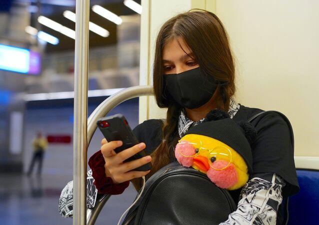 Rusya-koronavirüs-metro-maske-genç kız