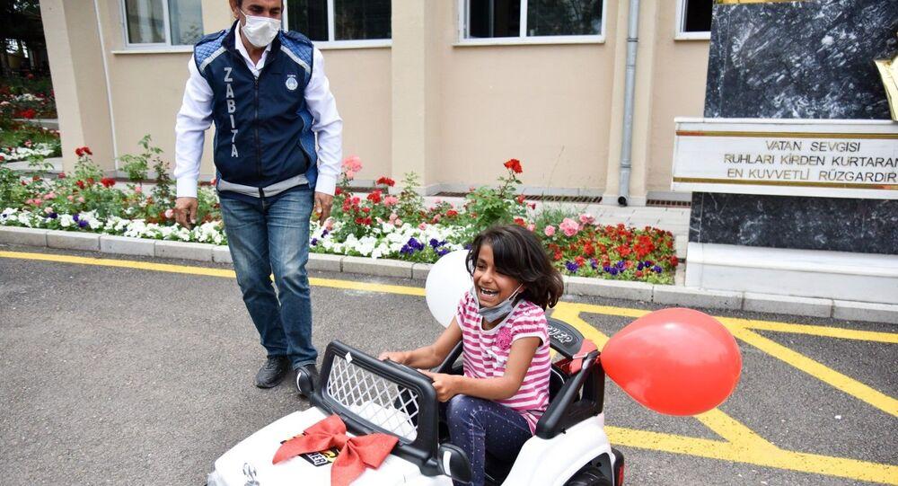 Çocuğunu akülü arabayla gezdiren baba, kâğıt toplayıcı çocukları gezintiye çıkarmıştı: Mansur Yavaş'ın talimatıyla o çocuklara akülü araba hediye edildi