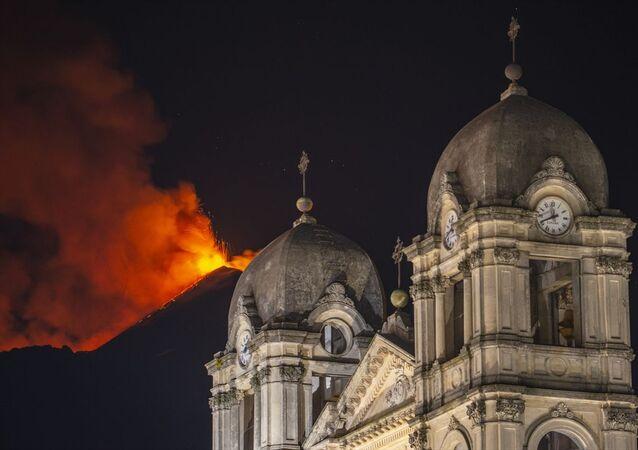İtalya'nın güneyindeki aktif yanardağlardan Etna, bir kez daha lav ve kül püskürttü