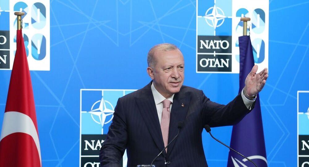 Belçika'daki NATO Devlet ve Hükümet Başkanları Zirvesi kapsamında Brüksel'de bulunan Türkiye Cumhurbaşkanı Recep Tayyip Erdoğan, basın toplantısı düzenleyerek konuşma yaptı.