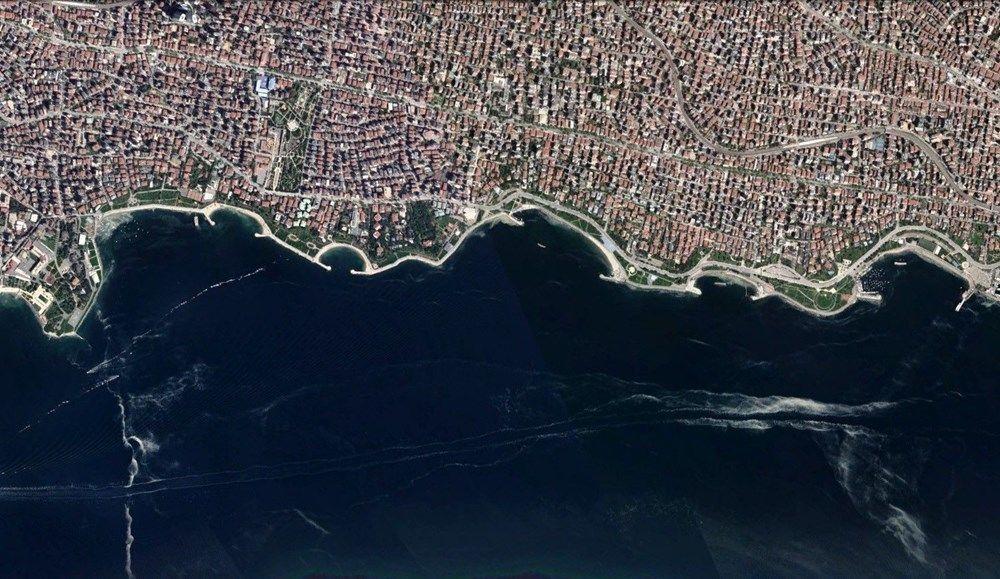 Marmara Denizi'nde görülen müsilaj, İstanbul'da Anadolu ve Avrupa yakası sahillerinde kilometrelerce yayıldı.